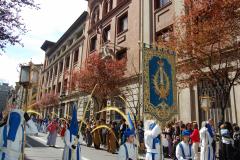 Guión titular delante del antiguo Colegio.