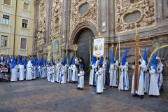 Cruz in Memoriam y Guiones esperando al Paso.  Autora: Eugenia Aragonés.