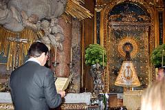 Virgen del Pilarcon el manto de la Cofradía.